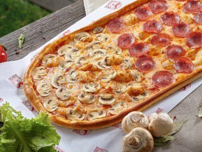 """Метровая пицца """"4 сезона"""" от Big Benny."""