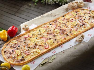 Метровая пицца Дары Моря от Big Benny. Общий вид
