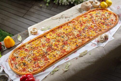 Метровая Вегетарианская пицца от Big Benny. Общий вид