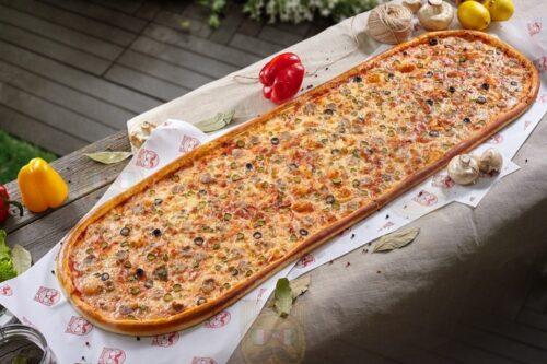 Метровая Брутальная пицца от Big Benny. Полный вид