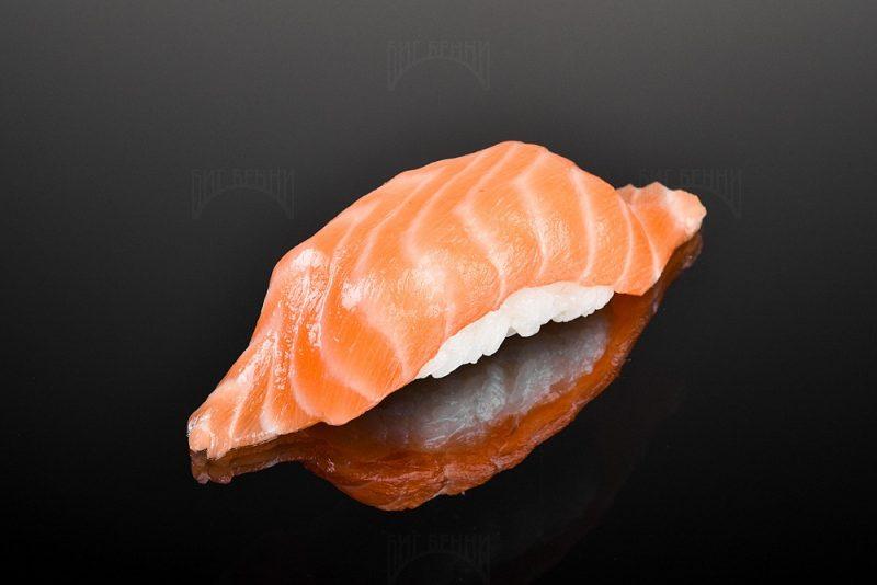 Суши с лососем от Биг Бенни