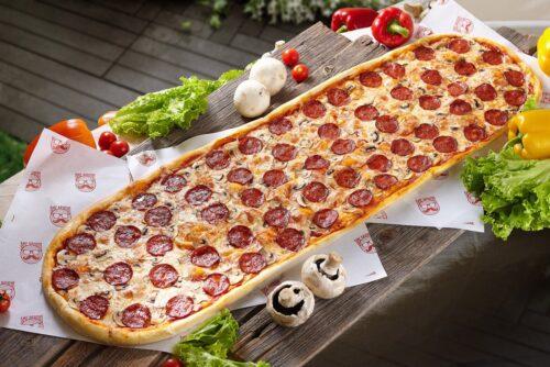 Метровая пицца Пепперони от Big Benny. Полный вид